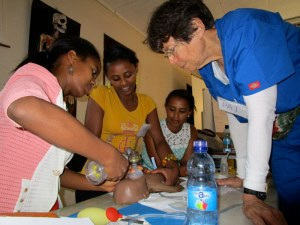 看護師に蘇生法を教えるブロムバーガー医師