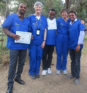 •カリン・デイビス医師(左から二番目)とブロムバーガー医師(右から二番目)。研修の参加者とともに。