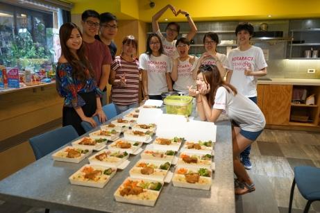 Rotaractors Preparing Bento Boxes 002