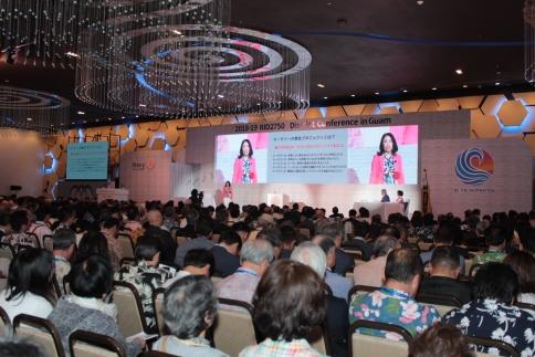 グアム地区大会でスピーチする服部陽子ガバナー