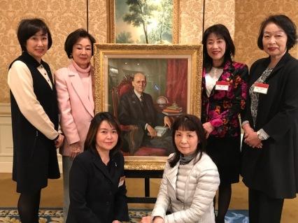 東京恵比寿ロータリークラブ歴代女性会長たちとポールハリスの肖像画を囲んで